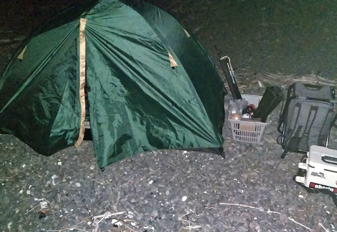 暗闇の中で設置したテントの写真