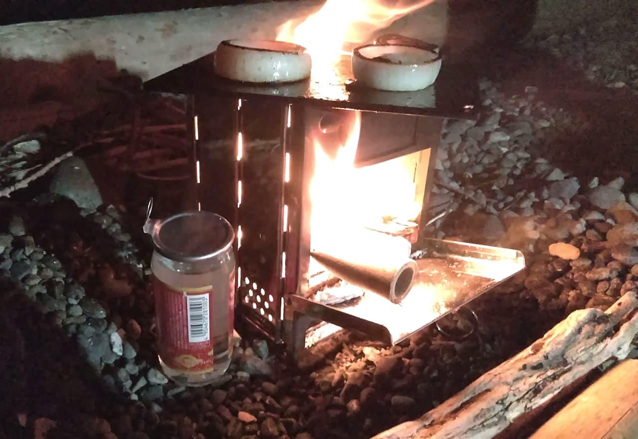 玉ねぎを焼きながらワンカップを温めている様子