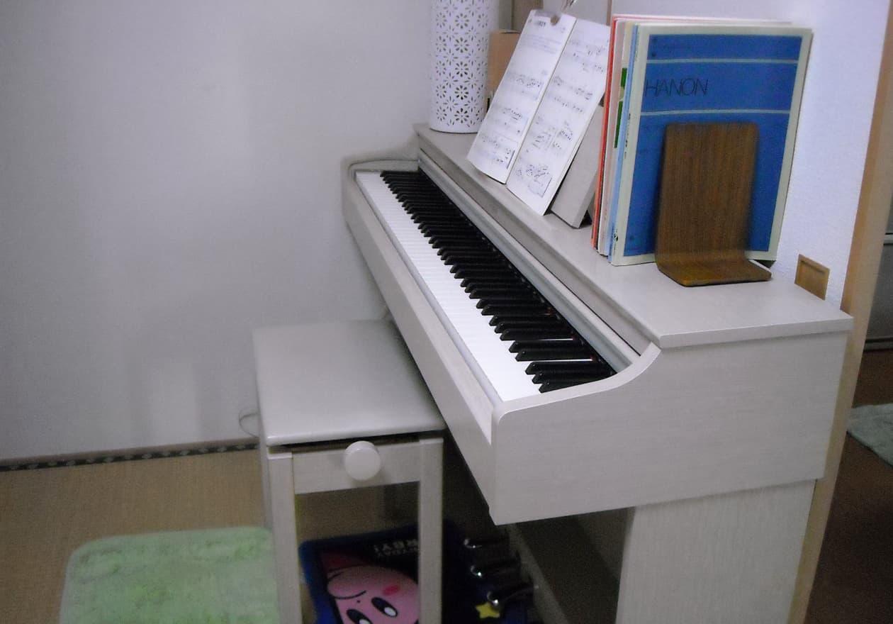 白い電子ピアノの写真