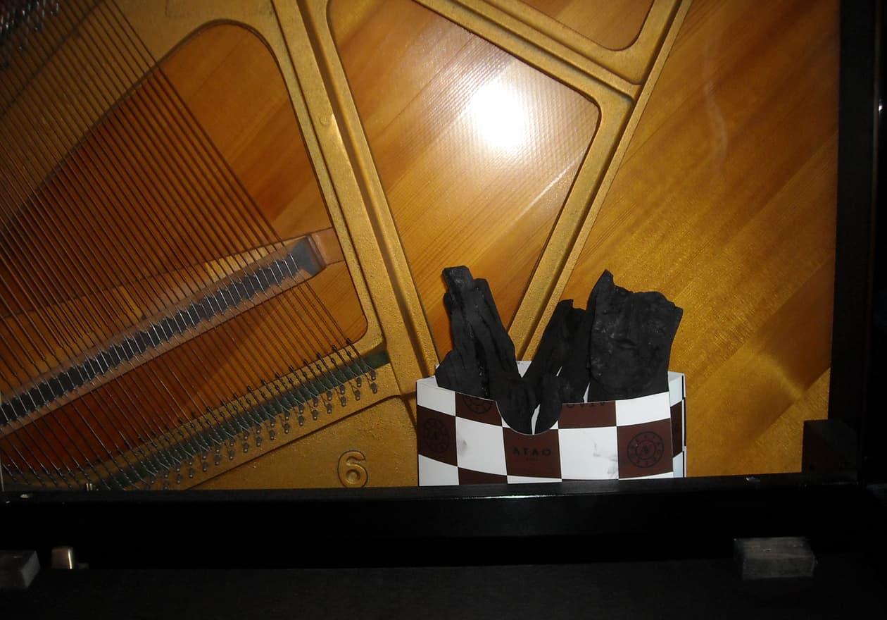 ピアノの内部に炭た置いてある写真