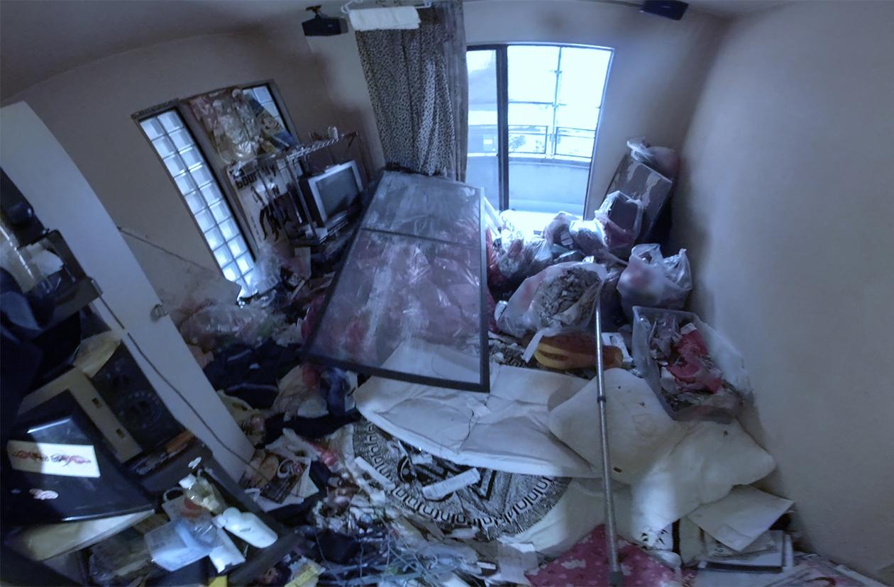汚部屋になってしまった賃貸アパートのリビングの写真