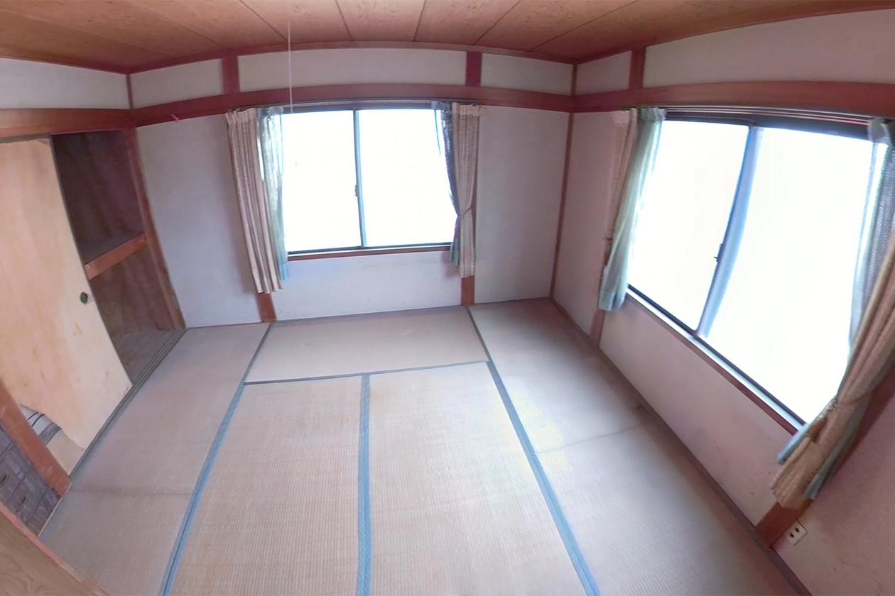 大量の新聞紙がなくなり、すっかり片付いた和室の写真
