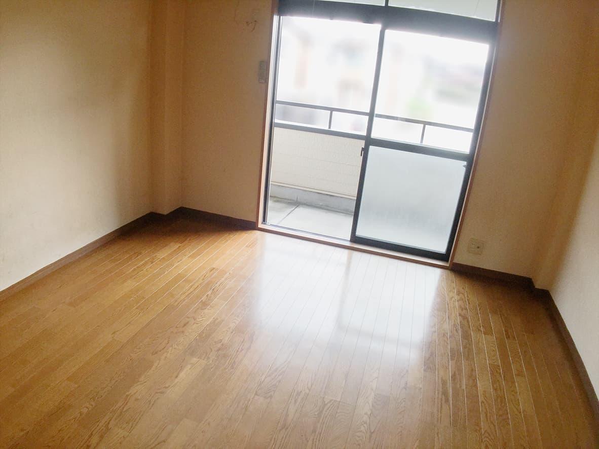 「5年分の生活ゴミ!ゴミ屋敷を片付け・清掃」リビングのアフター写真(全てのゴミがなくなり、簡易清掃を終えて床もピカピカになっている)