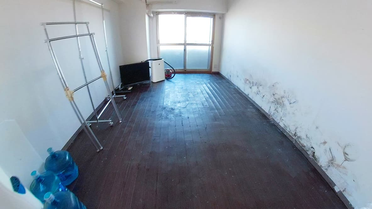 【名古屋市西区1K:片付け後】家電と物干し、ウォーターサーバー以外のモノが全てなくなり、床にこびりついていたモノを除去したリビングの写真