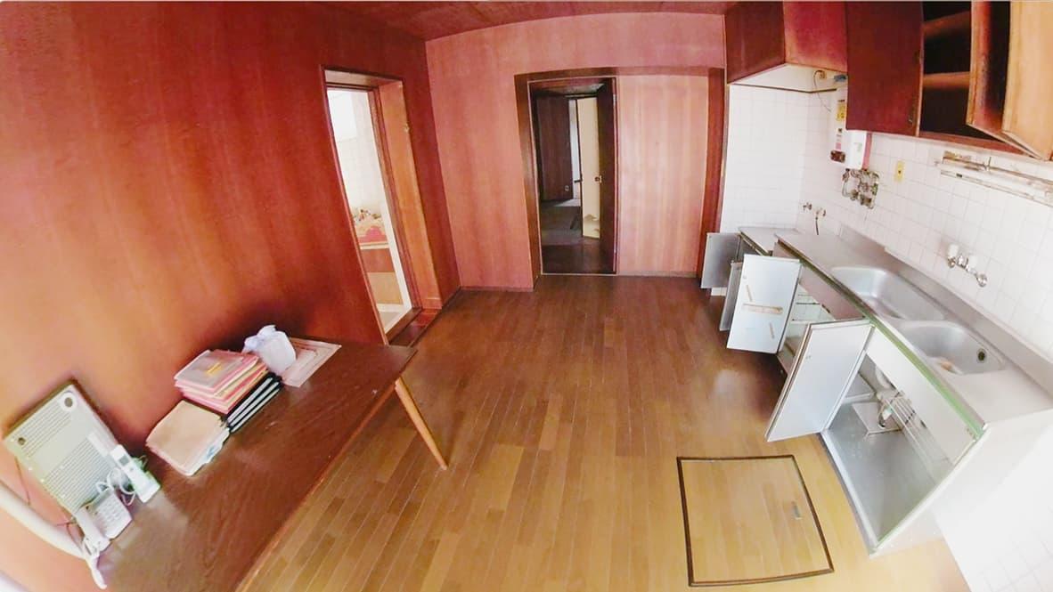 「ゴミ屋敷になってしまった実家の片付け」キッチンのアフター写真(すっかり何もなくなり、ピカピカの床が見える)