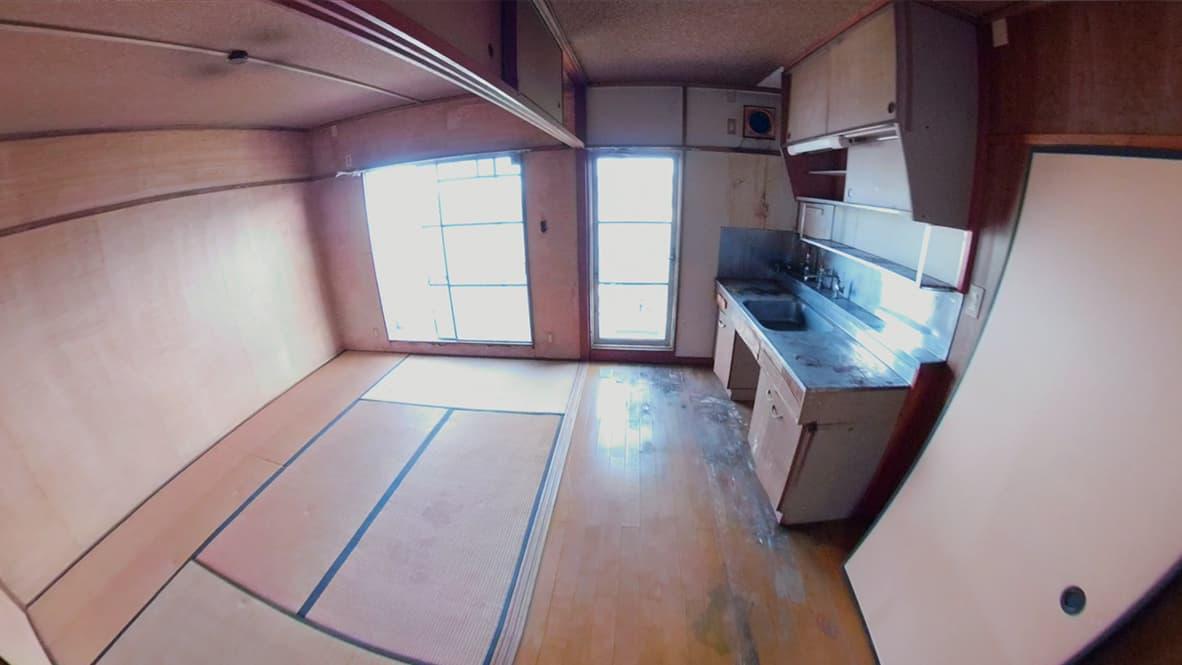 【豊明市2LDK:片付け後】完全に空っぽになったキッチン&リビングの写真