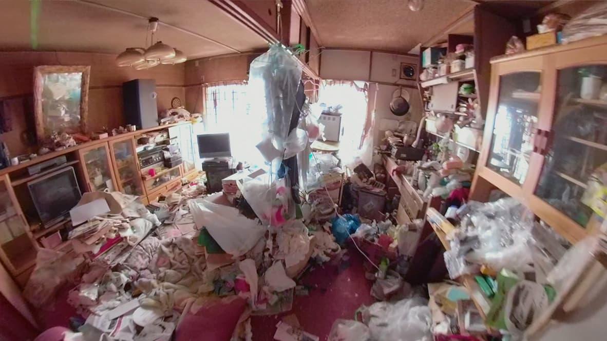 【豊明市2LDK:片付け前】床や机などの上に、細々したモノが大量にあるキッチン&リビングの写真