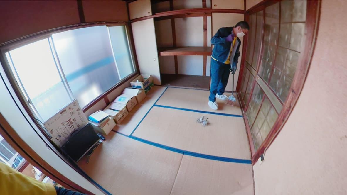 【名古屋市2DK:片付け後】いらないモノの処分が完了し、ホウキがけをしている最中の和室の写真