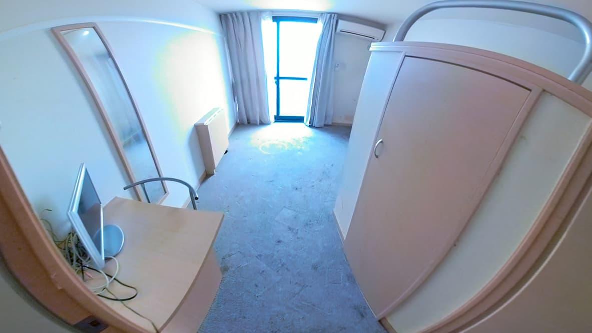 【岡崎市ワンルーム】片付けが完了し、まるでミニマリストの部屋のようになったリビングの写真