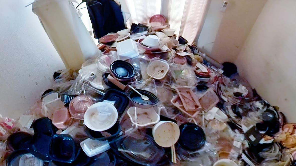 【岡崎市ワンルーム】たくさんのプラスチック容器、割り箸、スプーンが山になっている写真