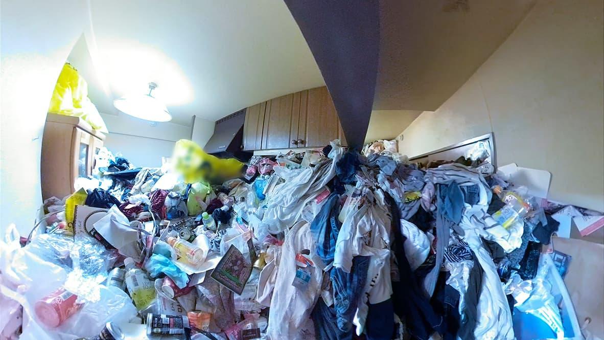 「ゴミや物が天井近くまで溜まってしまったゴミ屋敷の片付け」キッチンのビフォー写真