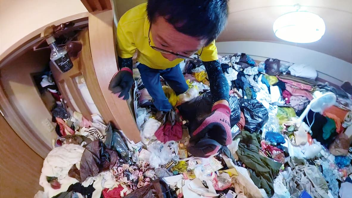 「ゴミや物が天井近くまで溜まってしまったゴミ屋敷の片付け」和室のビフォー写真