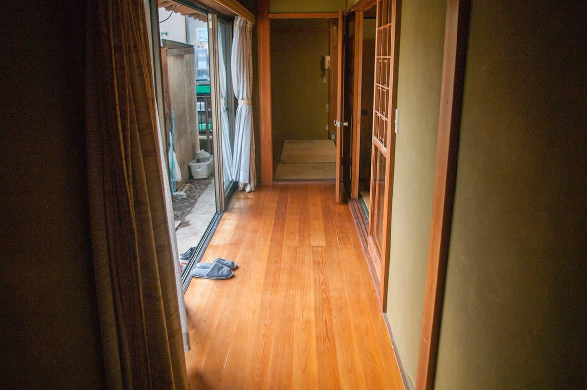 何もなくなり、掃除も完了した廊下の写真