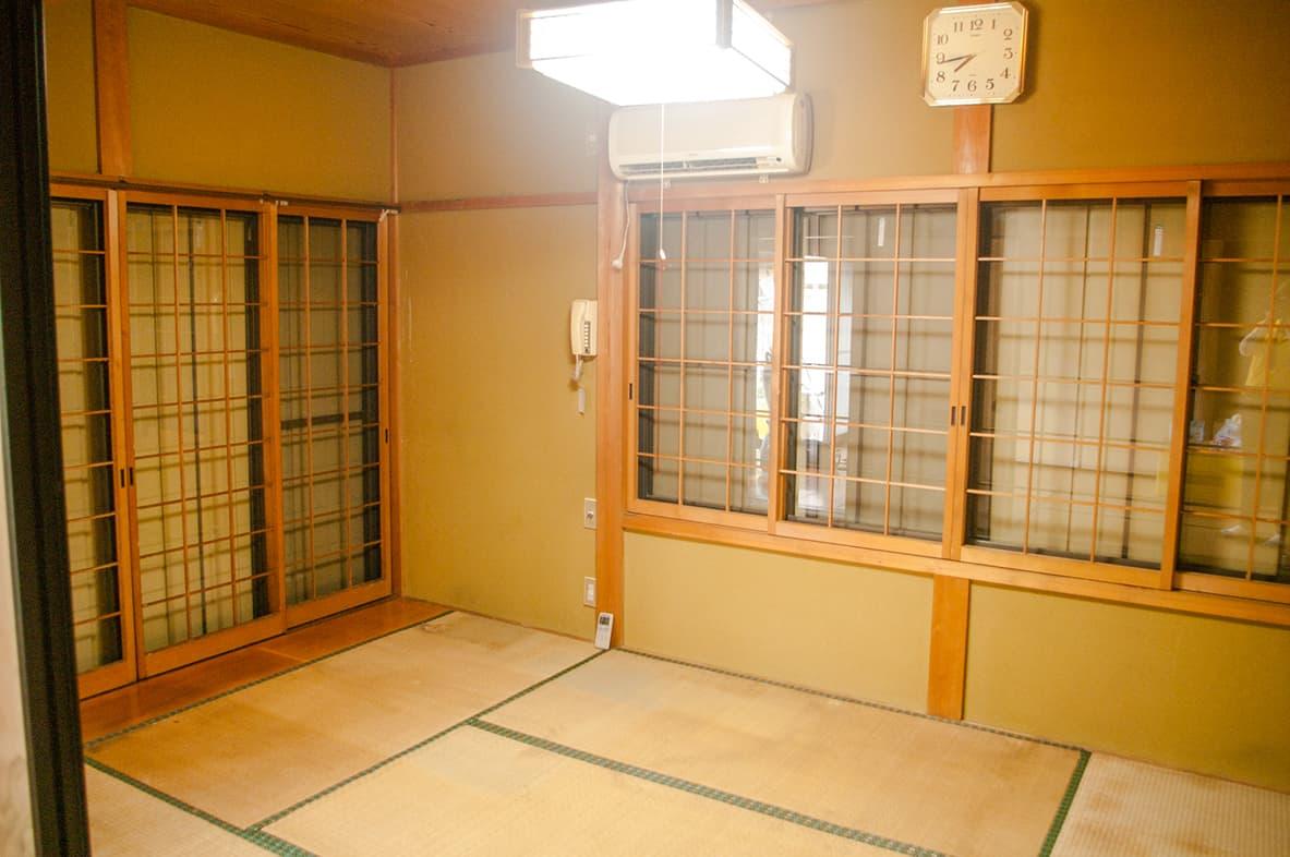 片付けが完了し、スッキリした離れの和室の写真