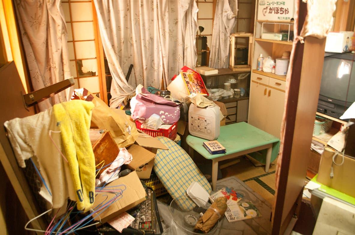 物置状態になっている離れの和室の写真