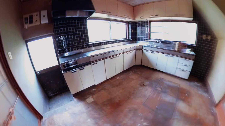 遺品整理前のキッチンの写真