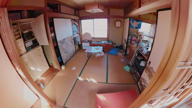 遺品整理前の2階の和室(奥)の写真