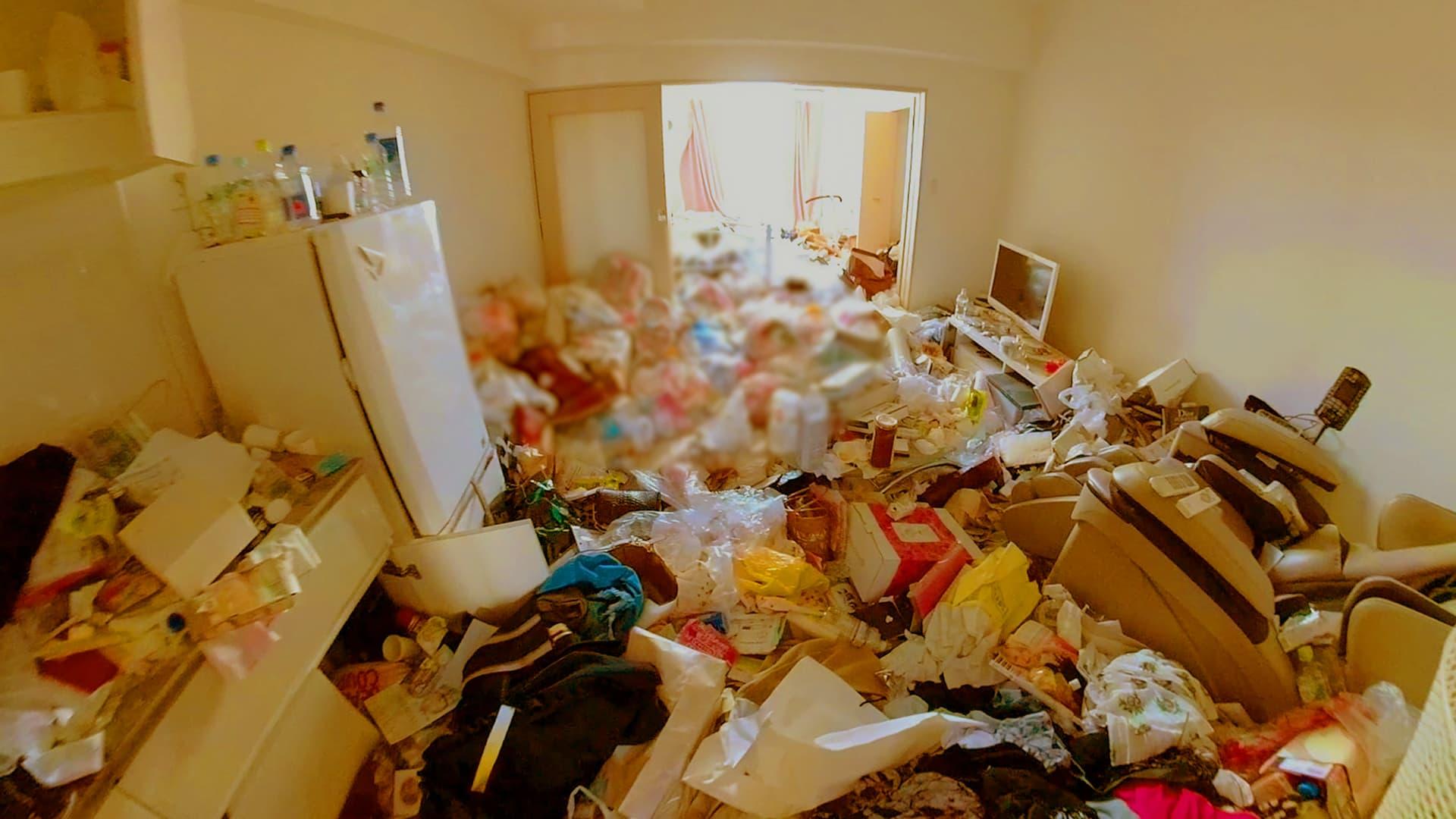 ゴミとモノでいっぱいの部屋の写真