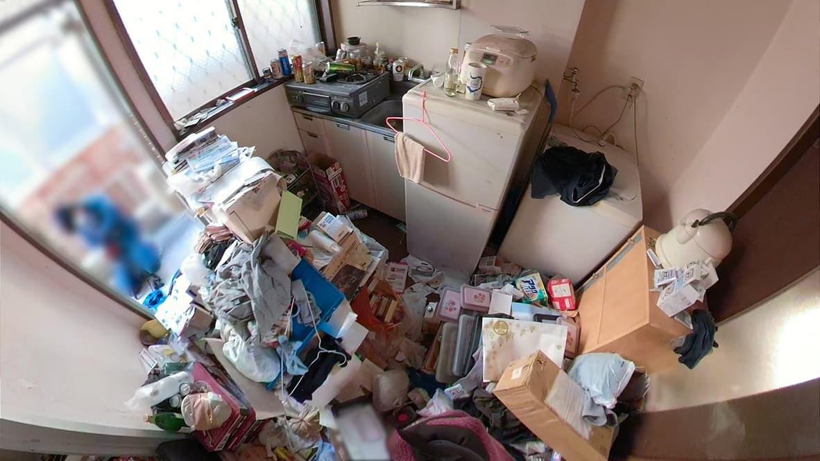 【名古屋市1K:片付け前】段ボールや衣類などで、床が見えない状態の玄関
