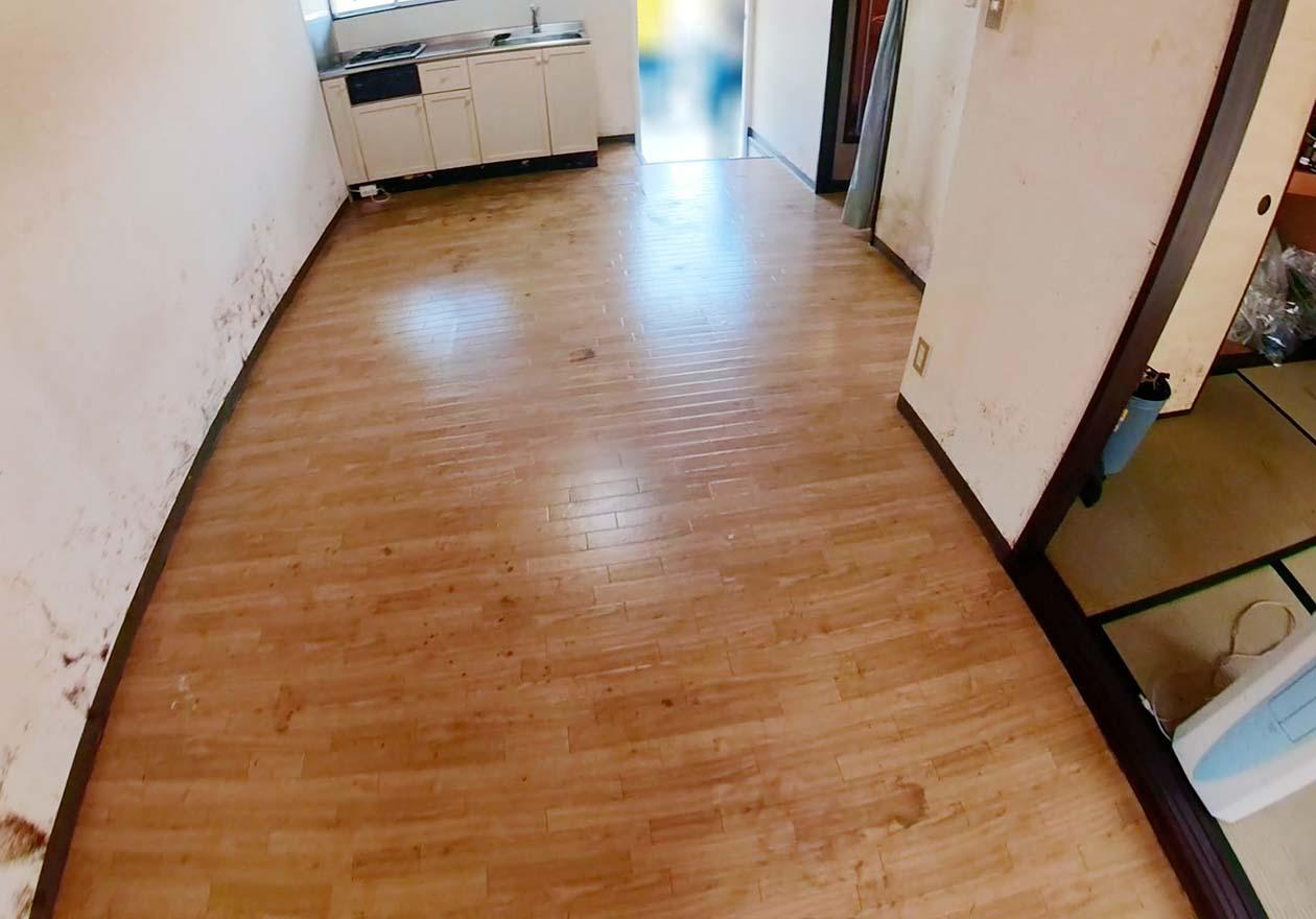 清掃後のリビングの床の写真