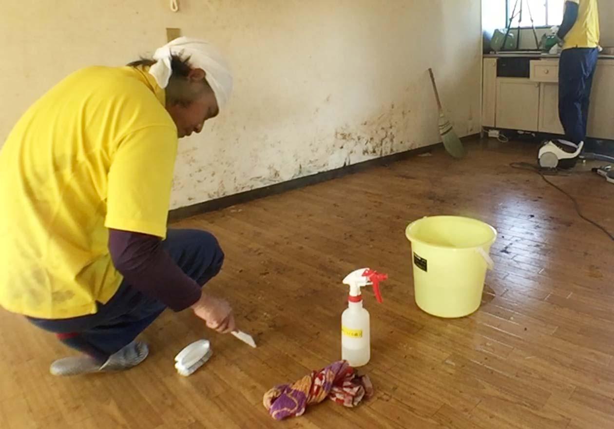 リビングの床を清掃している写真