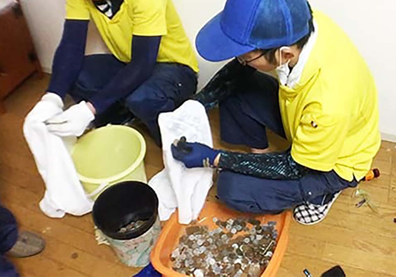 小銭を洗っている写真