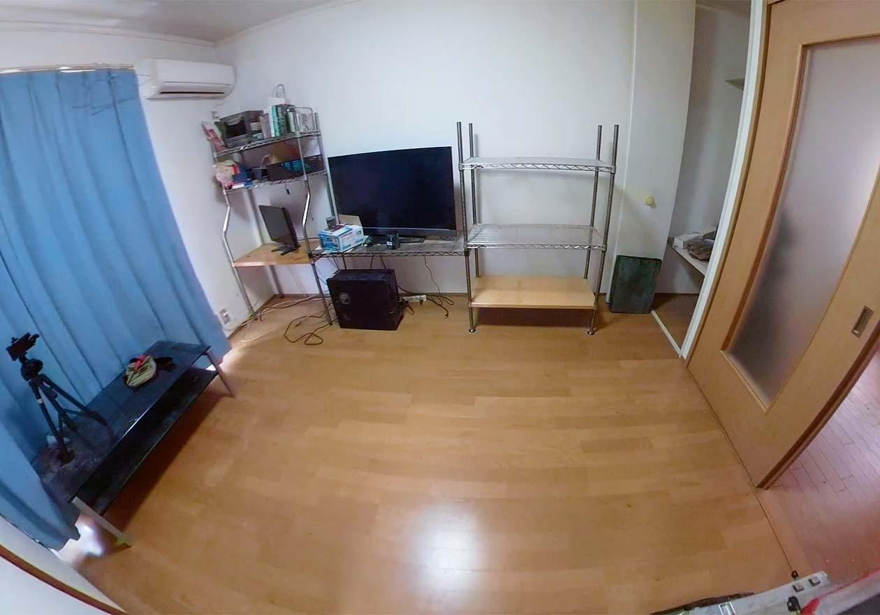 モノがほとんどなくなり、床もピカピカになった洋室の写真
