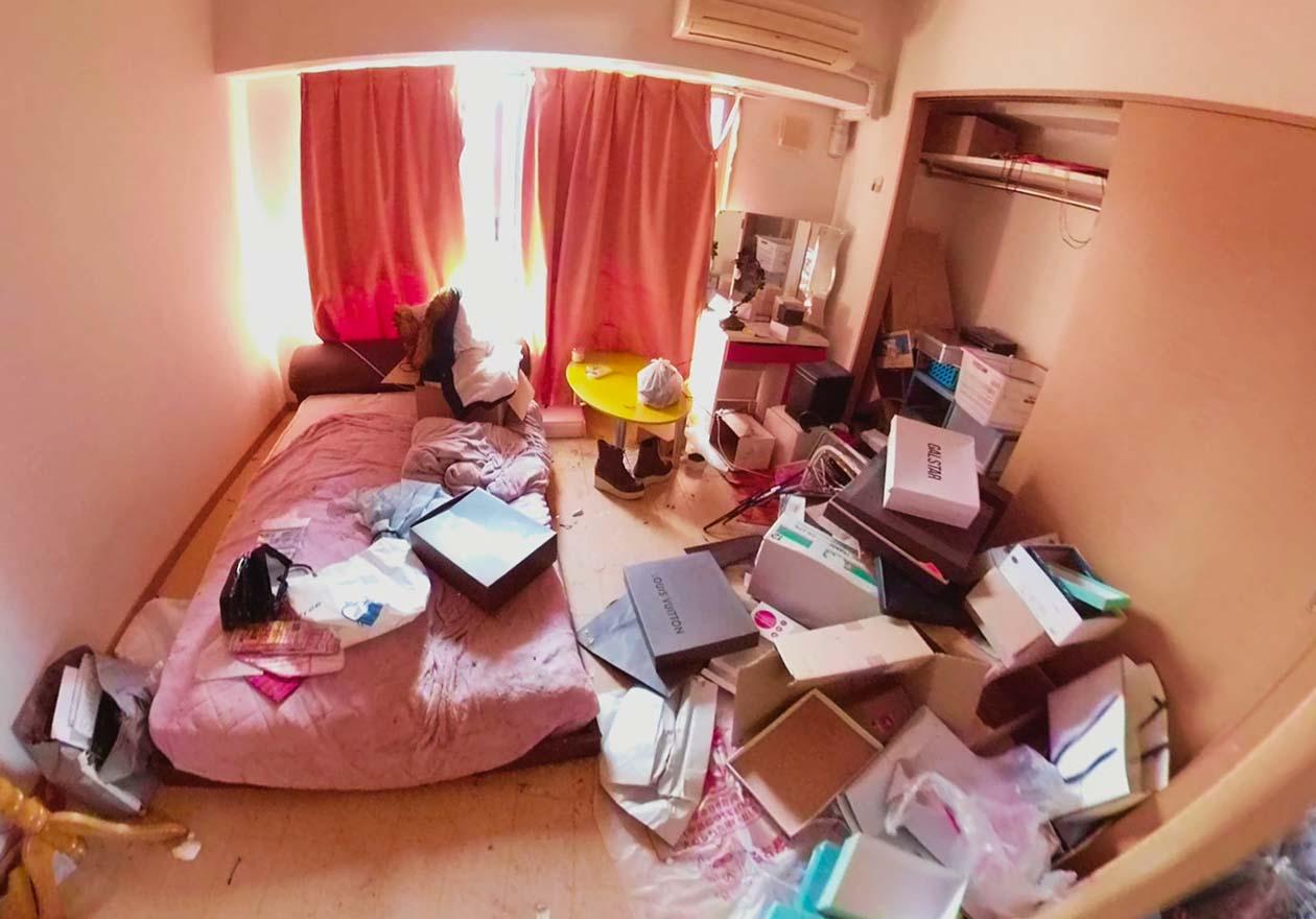 片付け前の寝室の写真
