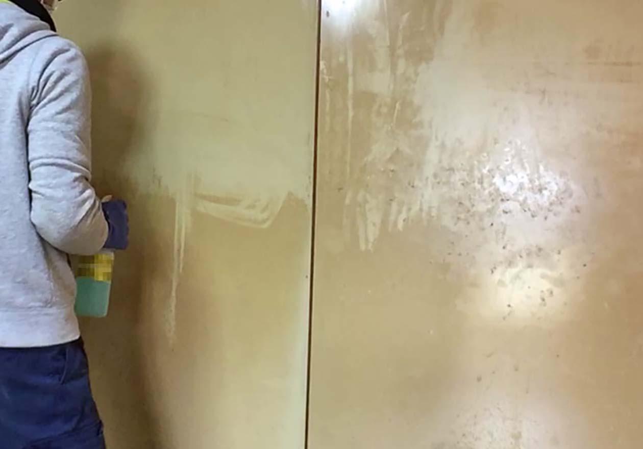 キッチンの扉を清掃しているスタッフの様子