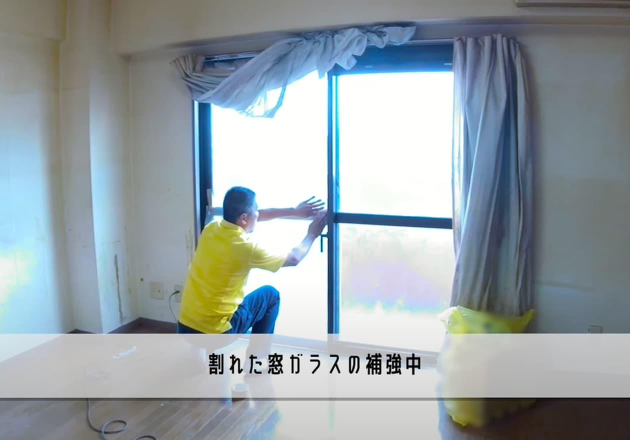 片付け5日目、窓を補修しているスタッフの様子