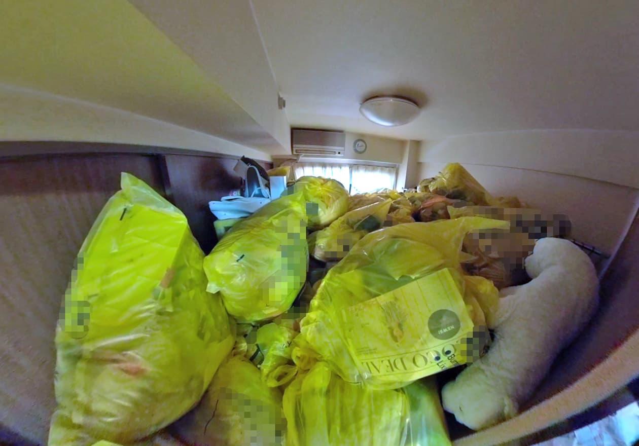 片付け1日目、可燃ゴミが溜まった洋室の様子