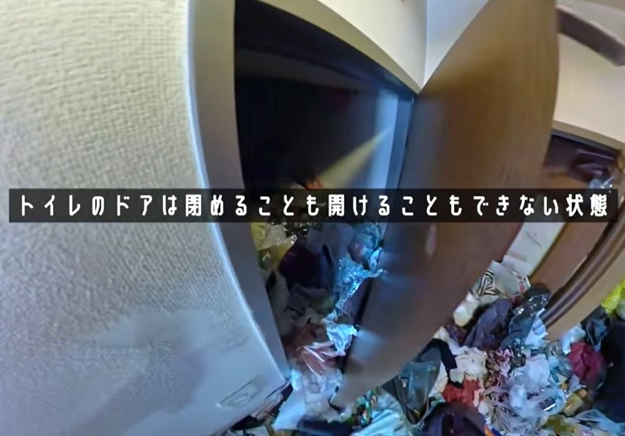 片付け1日目、たくさんのゴミで開かないトイレの様子