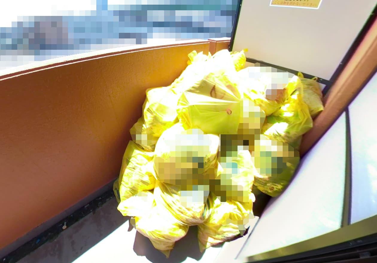 片付け2日目、ベランダに可燃ゴミを移動した後の様子