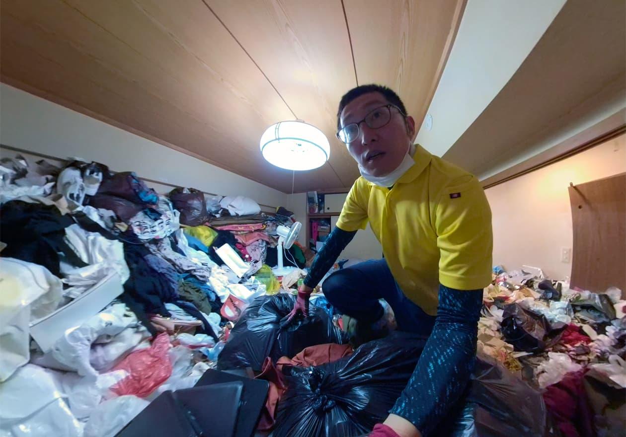 ゴミが天井まで届きそうなゴミ屋敷の写真